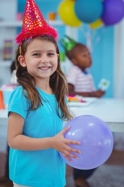 crianca-feliz-segurando-um-balao_13339-174302